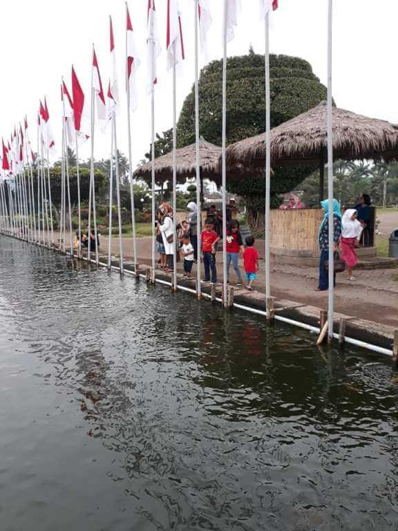Kolam ikan di Super Galaxy Garden Tempurejo Jember