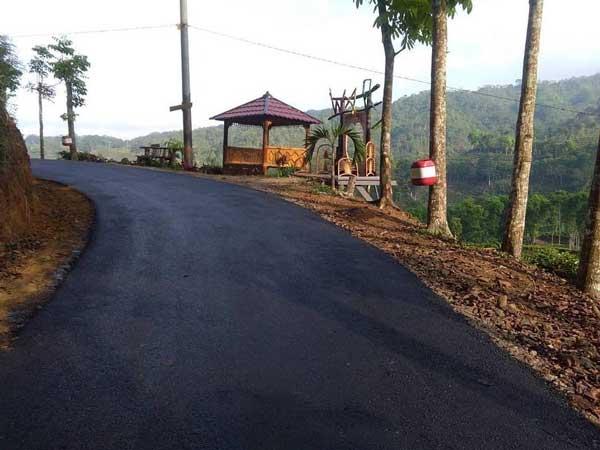 jalan aspal menuju gunung gambir