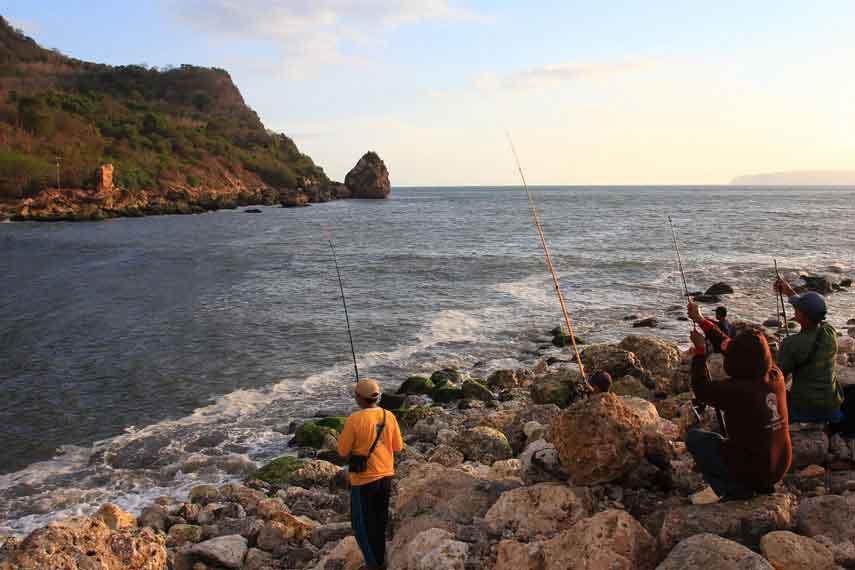 bersantai sambil memancing di Pantai Pancer