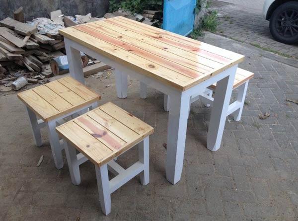 Meja kursi besi dan kayu